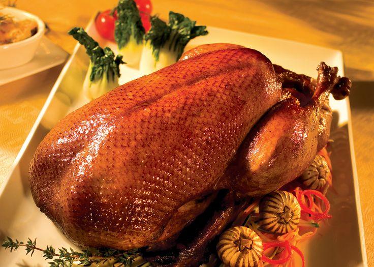 Canard du Lac Brome rôti à l'érable et sauce soya - Préchauffer le four à 230°C (450°F). Sortir le canard de son emballage, vider la cavité, la rincer à l'eau froide. Bien éponger. Couper le surplus de gras aux extrémités. À l'aide d'une brochette en bambou, percer la peau du canard en haut et en bas (dans les parties grasses) sans atteindre la chair. Assaisonner le canard de sel à l'extérieur et à l'intérieur de la cavité. Ajouter 2 brins de thym frais, l'ail et les quartiers de clémentine…