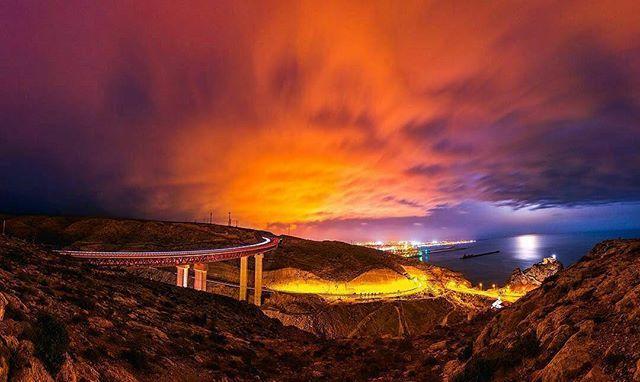 """Y en ganador de la FO-TA-ZA del día es... Para @geeer29 ・・・ """"La historia detrás de esta foto es la de una noche de luna llena en la que, por supuesto, hubo todas las nubes que no hay nunca en Almería pero que, en vez de desistir e irnos a casa decepcionados, nos esperamos hasta que se dejó ver un poco entre las nubes dándonos un reflejo en el mar increíble que, junto con el contraste de la contaminación lumínica que desprende la ciudad, nos dejó esta imagen.  Panorámica de 10 fotos…"""