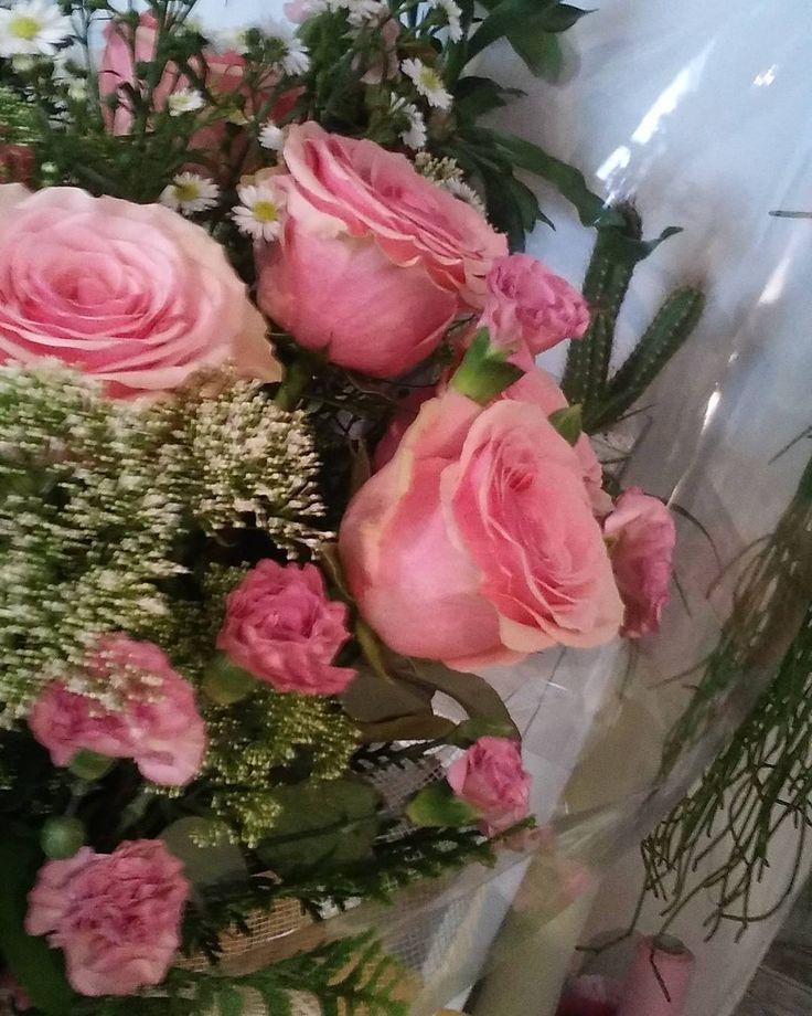 Son preciosas estas rosas... #felizcumpleaños para #ella. #rosasgeraldine #rosasvintage#clavelina. #ramodefloresfrescas#freshflowers#brides#wedding#style#gentlemen#ladies#pink #floristeriasmadrid#condeduquegente#flordelola #instagood#instapic#picoftheday#i4l by flordelola2014