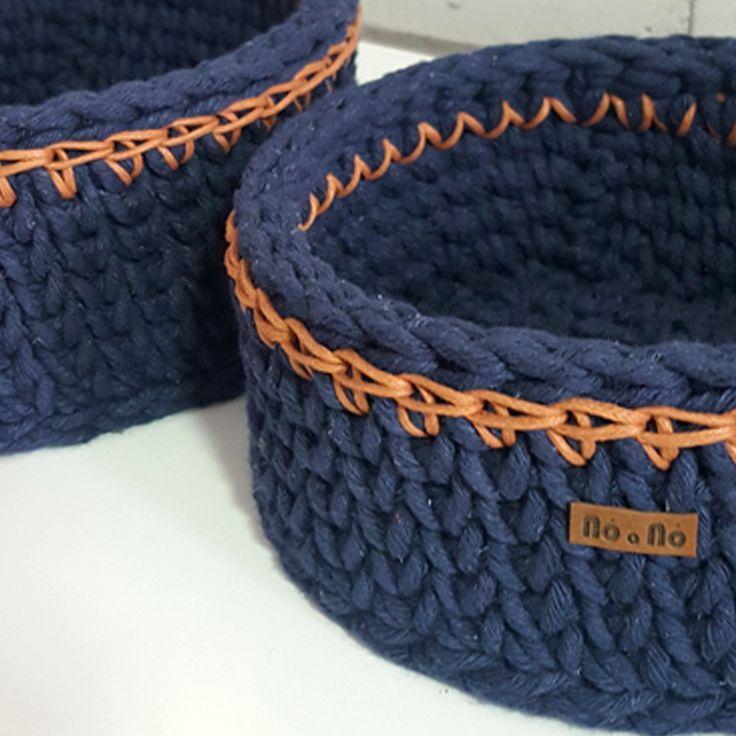 Conjunto de cestos em crochê. Feito em barbante fio spesso com detalhes em fio encerrado. Pode ser usado na decoração como vaso, cachepô ou cesto organizador. Dimensões: Menor: 18 cm diâmetro X 8 cm altura. 24 cm diâmetro X 9 cm altura.