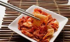 El kimchi es un plato tradicional de la cocina coreana y hoy, os vamos a contar porqué se ha hecho tan famoso y cómo podéis prepararlo en casa. Imagen:Alamy / Theguardian.com El kimchi es un plato elaborado principalmente con col china y que se puede comer tal cual, una vez que ha durado todo el proceso de cocinado, o bien, se puede convertir en el ingrediente de un.