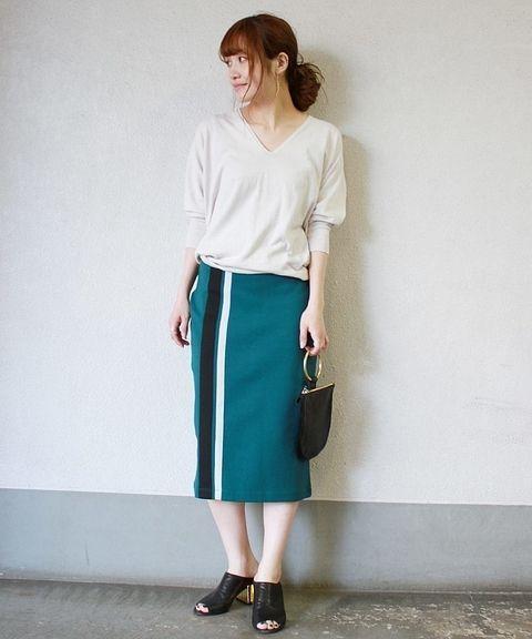 Silkyホールガーメント Vネックプルオーバー◆  シンプルなシルエットでデイリーユースしやすいVネックプルオーバー。 デコルテをキレイに見せてくれるデザインで女性らしい着こなしに◎ 今年らしいビビットなグリーンのスカートをアクセントに。 きれい目にもカジュアルにも合わせやすいデザインです。