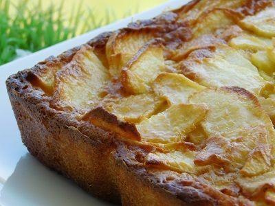 Pour mon Coup de cœur du dimanche une recette de COOKING JULIA Ingrédients : 100 g de beurre en morceaux 100 g de sucre 3 œufs 100 g de farine 1/2 sachet de levure chimique 4 pommes golden 100 à 150 g de caramel au beurre salé Préparation : Préchauffer...