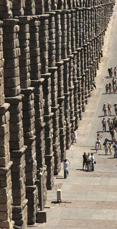 Roman aqueduct in Segovia, Spain - no tiene ni un gramo de masa de unir piedras y lleva más de 2000 en pie.Estos romanos!!.