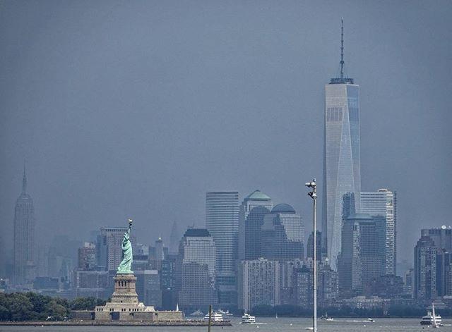Statue of Liberty and Financial District. View from New Jersey. Приблизительно так видят Статую Свободы и многоэтажные здания нижней части Манхеттена жители соседнего штата, Нью Джерси. #statueofliberty #newyork #newjersey #waterview #Manhattan #sonywx350 #wx350 #ньюджерси #ньюйорк #статуясвободы