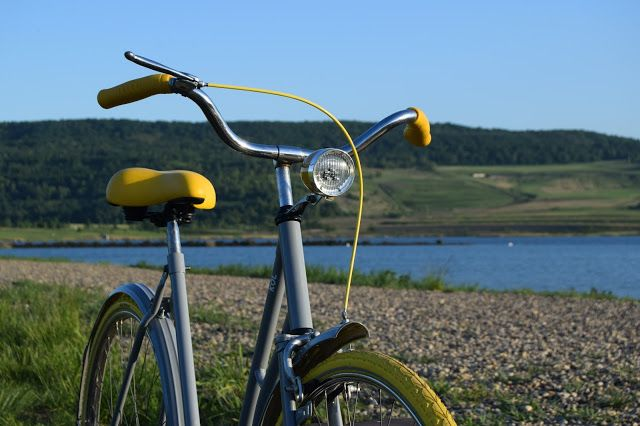 Sun rays, gray&yellow bike
