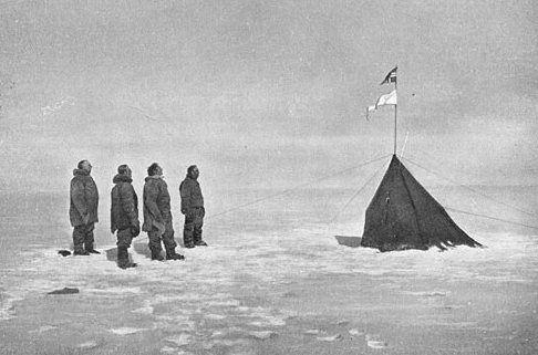 Amundsen (à gauche) et ses compagnons à Polheim en décembre 1911