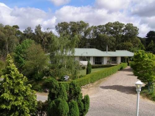 Home Farm Healesville Healesville Home Farm Healesville is set in Healesville, 30 km from Olinda. Free private parking is available on site.  Emerald is 38 km from Home Farm Healesville, while Dandenong is 50 km from the property. Melbourne Airport is 57 km away.