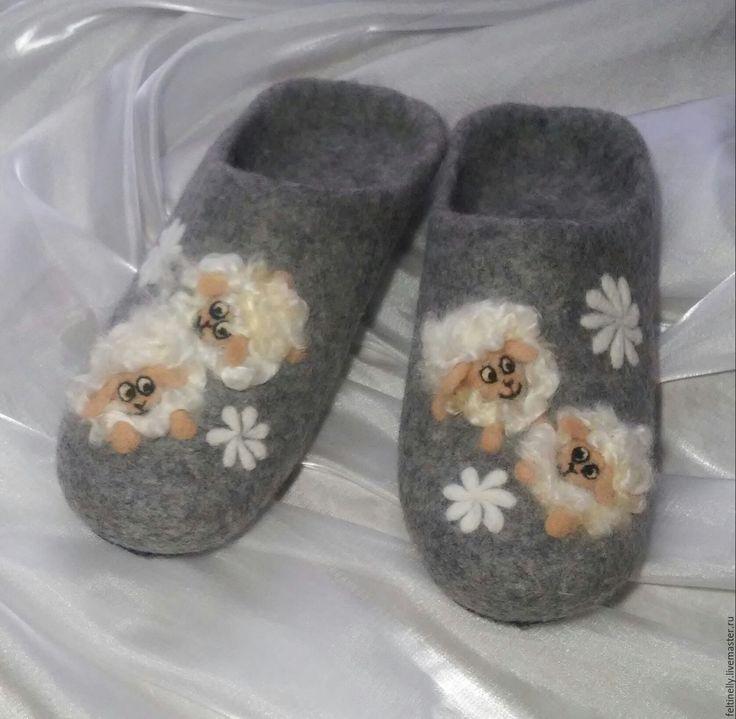 Белокурые барашки.  Тапочки, валяные из 100% шерсти, подшиты натуральной кожей. Рисунок выполнен в технике сухого валяния. Handmade.