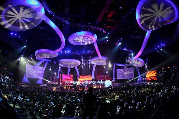 9m diameter floating UFO projection screens? Connected by 'tentacles' straight out of Star Trek? Suspended from a ceiling 20m above the audience? Our AIRchitecture set for the South African Music Awards did all that and more..