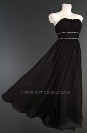 Een zwart strapless model met een top met plissé structuur, een band die mooi tailleert en een gelaagde licht vallende rok. €145,-