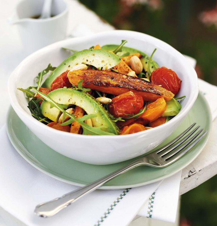 Den här salladen med mandel, sötpotatis och avokado passar fint till det mesta på grillen.