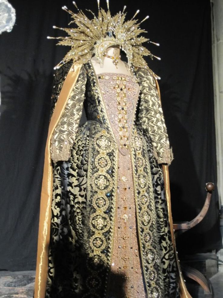 A stunning gown worn by Dame Judi Dench as Queen Elizabeth I in the final scenes of the amazing film Shakespeare in Love. One of my very favorite movies.