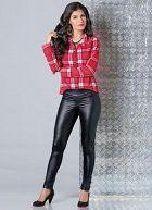 Calça Feminina Legging em Cirrê Preta Calça Feminina Legging Preta produzida em cirrê, um tecido que imita couro. Apresenta aplique de botões na barra da perna.  https://modacor.wordpress.com/2015/10/21/calca-feminina-legging-em-cirre-preta/