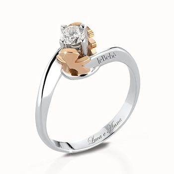 Anello solitario in oro bianco con castone maschietto e femminuccia modello contrarié in oro bianco e diamante ct 0,10 G VS a ct 1,00 F IF. Personalizzabile con l'incisione del nome o dell'iniziale.  #lebebe #solitario #oro #diamanti