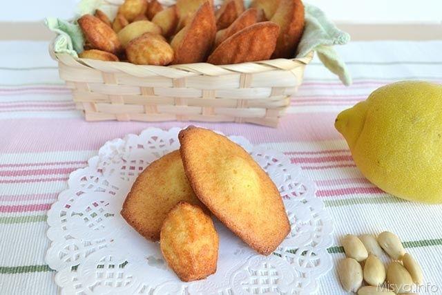 Le madeleine o madeleinette se di forma più piccola, sono dei dolcetti francesi a forma di conchiglia, forma data dallo stampo in cui vengono cotte. Il loro