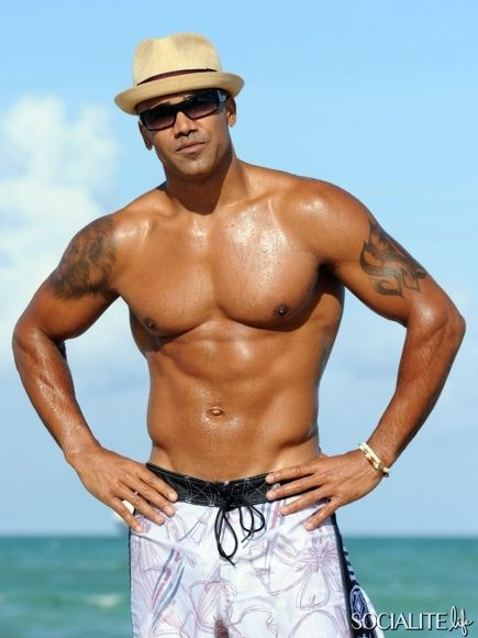 Shemar Moore Gives Miami Beach Two Thumbs Up