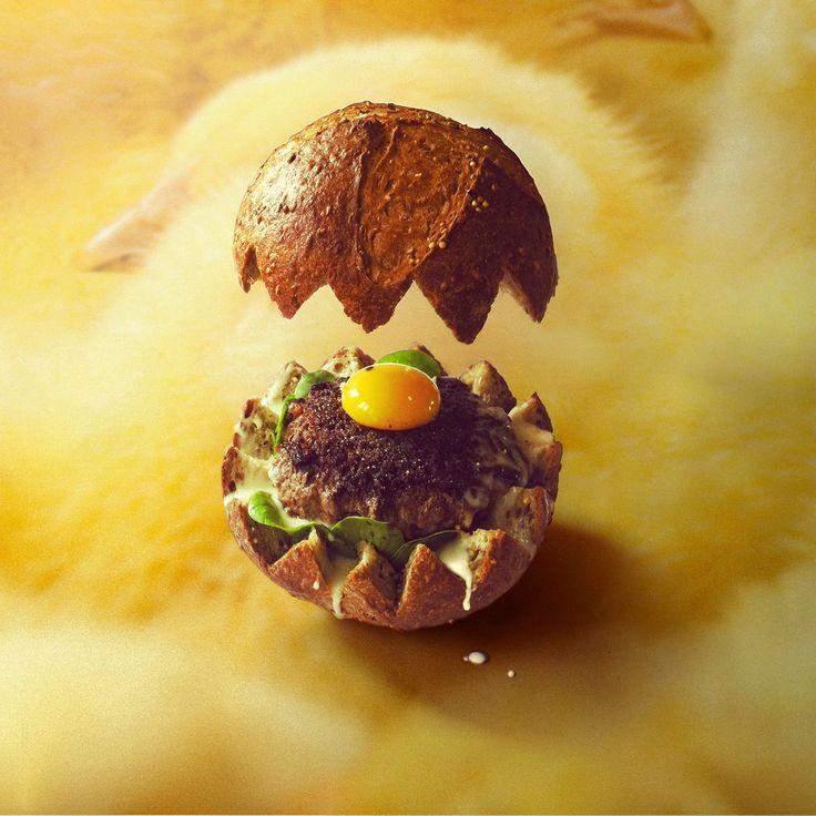 Fricocotte burger. Coque en pain multi-céréales. Nid de pousses d'épinard. Steak de bœuf à la coque. Œuf à cheval. Cancoillotte. #quandlesburgersaurontdesdents #fricotemagazine
