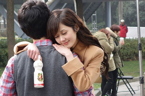 Singer and actress Jang Nara turned into a lovely lady with romantic curls at a Chinese commercial.