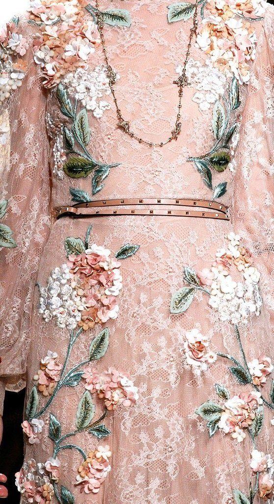 полюбоваться идеями декора одежды цветами из ткани и кружева. Пора готовиться к выпускному и шить понемножку уже выпускные платья
