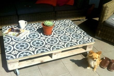 Carrelage adhésif carreaux de ciment pour relooker une table basse en palette http://www.homelisty.com/customiser-meubles-palette/