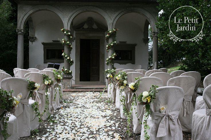 Arrangiamento rustico, con piccoli mazzi di edera, fresie gialle e rose Avalanche, petali lungo la navata, e due ghirlande per decorare le colonne della chiesa.