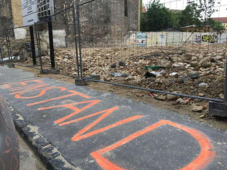 Einstand: graffitivel állítottak emlékművet a Pál utcai fiúk lerombolt háza előtt