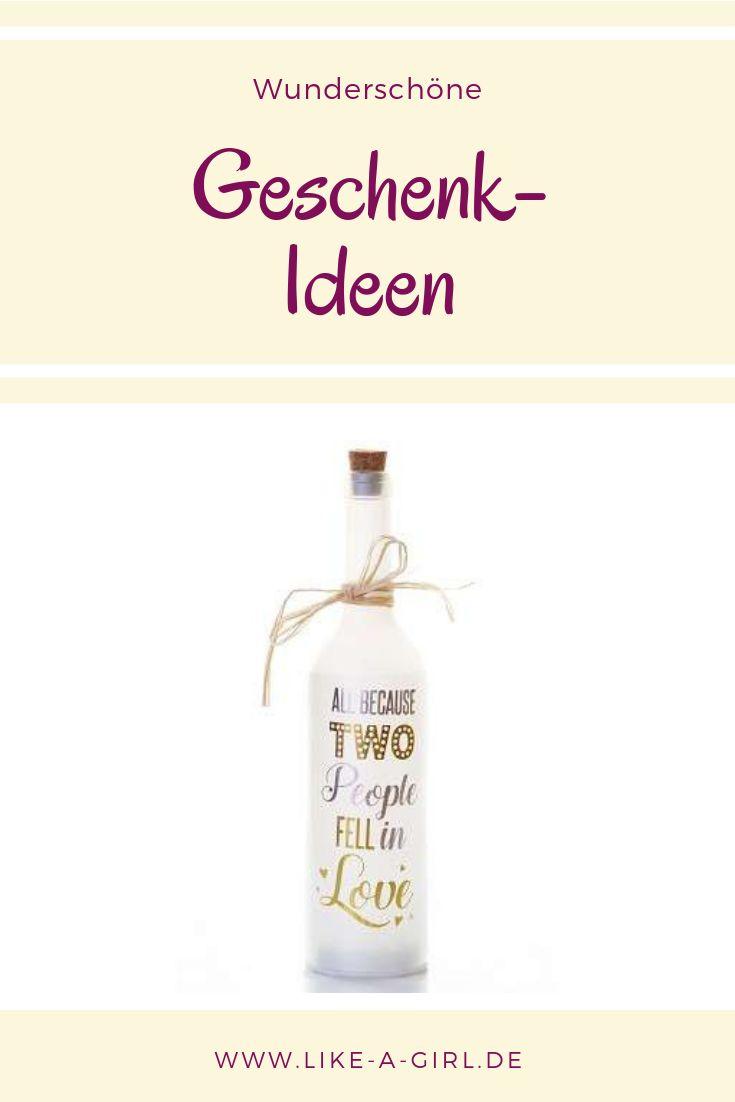 leuchtende flasche, weil sich zwei menschen verliebten   – Geschenkideen Hochzeit