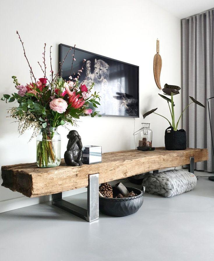 een stoere bank met een prachtige bos bloemen is een topcombinatie!