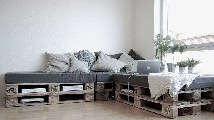 corner couch made of of shipping pallets...and bonus - bookshelf too!