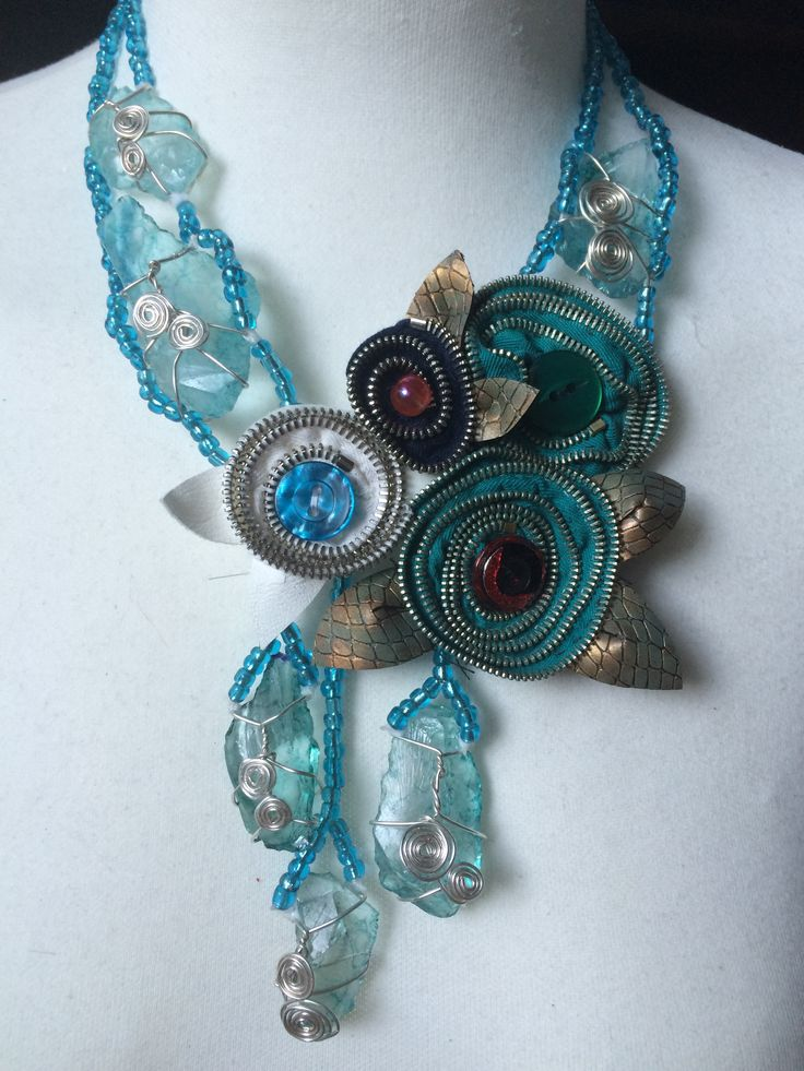 Statement+necklace+in+decor+glass+with+zipper+flower+cluster.