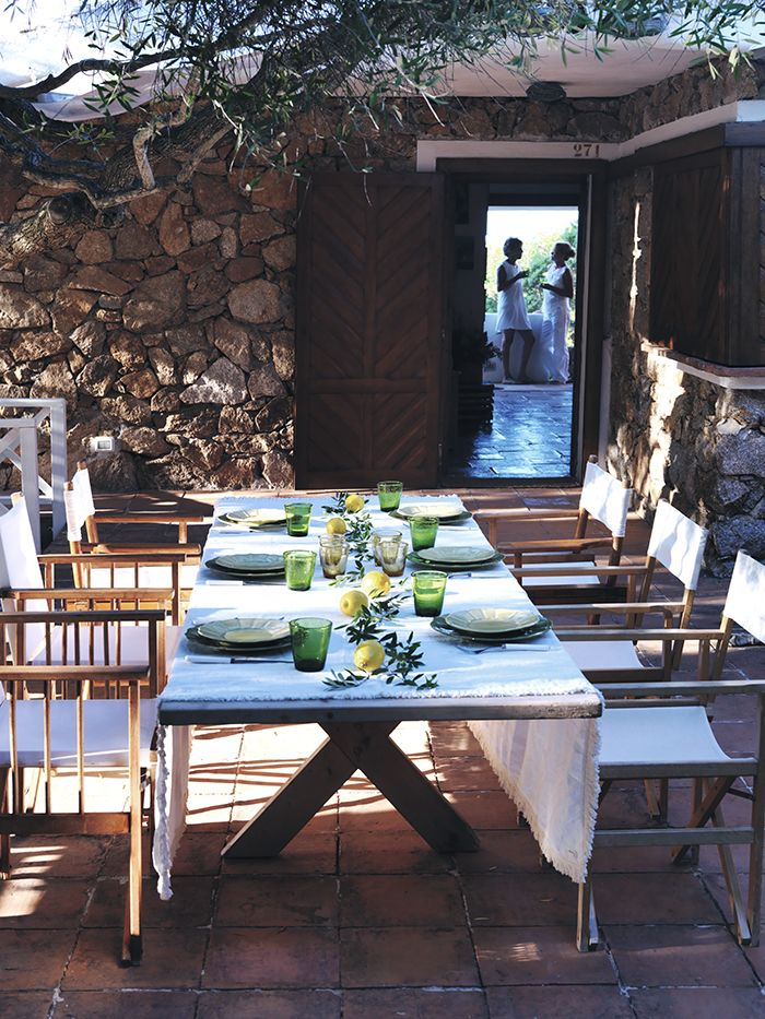 Una sera d'estate, la tavola apparecchiata in modo meraviglioso e informale, la luce della luna e tanto buon cibo… Ecco i miei consigli per ricevere all'aperto, senza stress e con tanto divertimento (sono tratti da Csaba 5 Seasons).