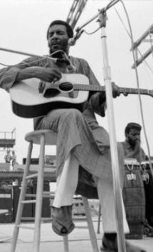 """Richie Havens (Brooklyn, 21 gennaio 1941, 22 aprile 2013) è stato un cantante e chitarrista statunitense, afroamericano. Nel 1969, Havens fu il primo artista a salire sul palco del Festival di Woodstock. Accolto con applausi scroscianti continuò a suonare bis. Alla fine, decise di improvvisare una versione del brano Motherless Child con l'aggiunta della parola """"freedom"""" (""""libertà"""") ripetuta ad infinitum."""