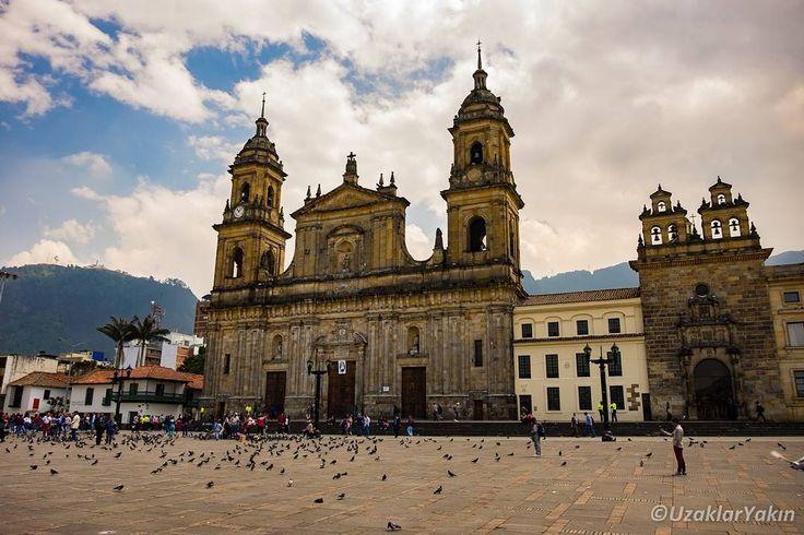 Bogota'da çoğu Güney Amerika şehrinde olduğu gibi Simon Bolivar bulvarı bulunuyor. Bu meydanda parlemento binası ve ana kathedral en önemli binalardan.  #uzaklaryakin #bogota #colombia #kolombiya #gezgin #macera #yolculuk #cokgezenlerkulubu #turkishfollowers #gezi #traveltheworld #seyahat #photography #photooftheday #photographers_tr #fotograf #southamerica #hurriyetseyahat #ig_today #ig_travel #dunyaturu #bestdiscovery #travel