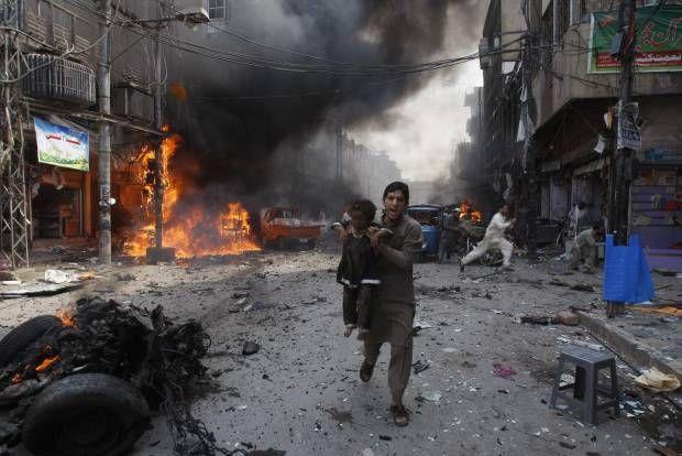 Aksi Heroik di Tengah Ledakan Bom Pakistan