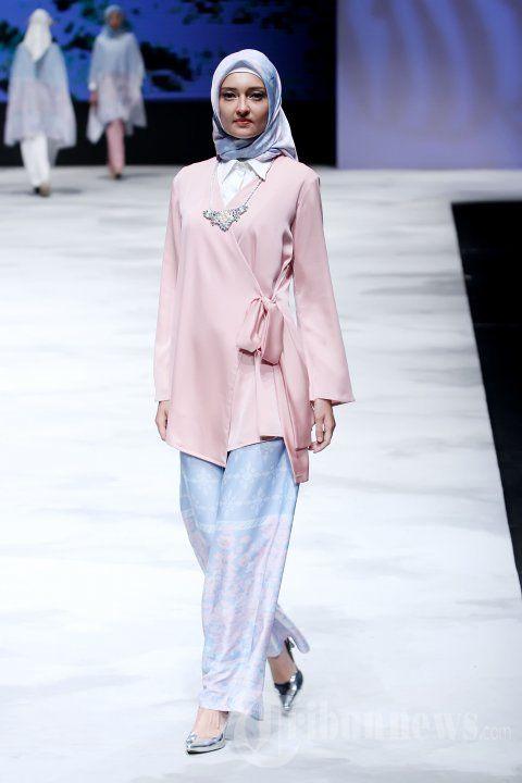 Para model saat mengenakan busana rancangan dari Ria Miranda yang mengangkat tema Takana pada ajang Indonesia Fashion Week (IFW) 2016 di Jakarta… #1642581