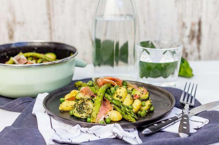 Recept voor gnocchi voor 4 personen. Met zout, olijfolie, peper, gnocchi, groene asperge, doperwt (diepvries), groene pesto, knoflook, courgette en prosciutto