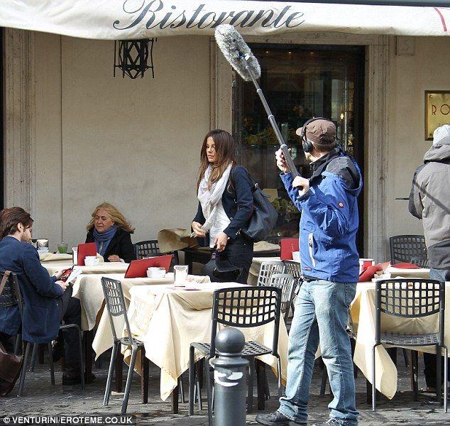 """Gossip Blog 12 ноя, 2013 Кейт Бекинсейл в Риме на съемках фильма """"The Face Of An Angel"""" про Аманду Нокс. Кейт играет в этом фильме журналистку. Съемки этой сцены проходили на Пьяцца Дель Пополо, в ресторане Rosati."""