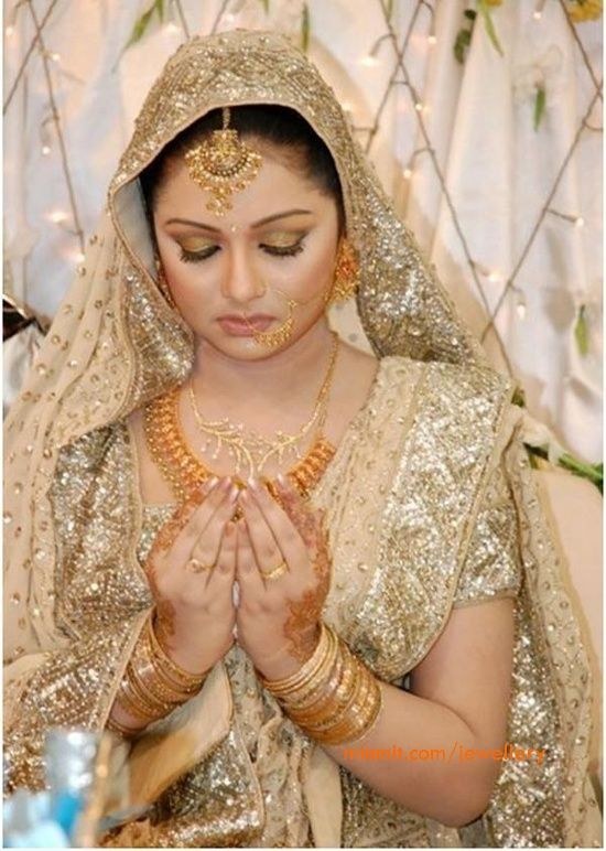 bride-22carat-gold-jewellery! Isn't she a gorgeous bride?    Aline for Indian weddings