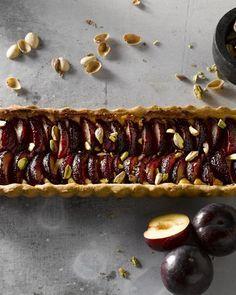 Pak uit met een zelfgemaakte taart met heerlijk sappige pruimen en verrassende pistaches. De banketbakkersroom maakt van deze pruimentaart pure verwennerij.