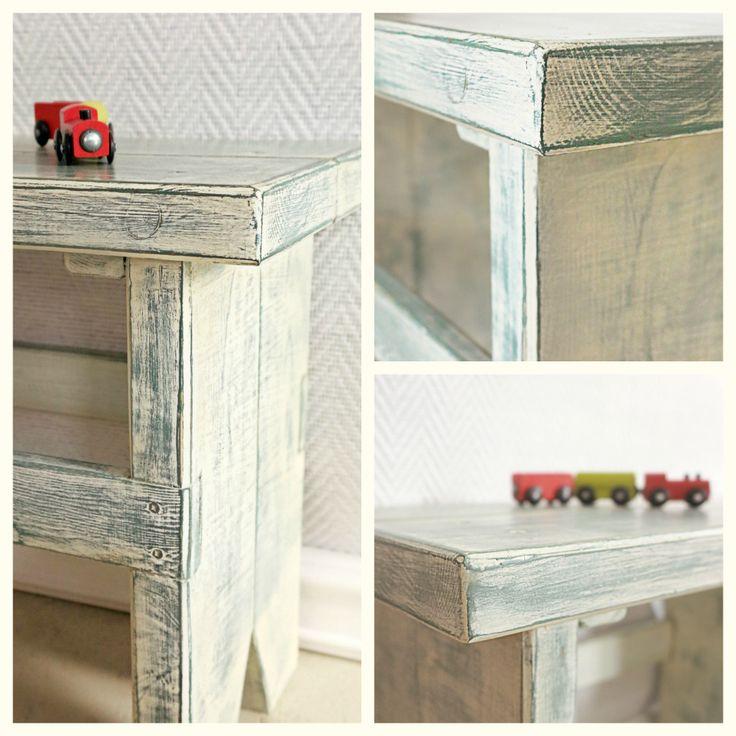 stołek rustykalny, przecierka z antycznej bieli na ciemnozielonym, Autentico Vintage Paint www.chalkhouse.pl