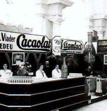 """Neix Cacaolat. Una empresa de Barcelona vol comercialitzar un batut de cacau industrial. Letona, la fàbrica de la família Viader, prepara una """"beguda nutritiva refrescant"""" que podria anomenar-se """"Cacaolat"""""""