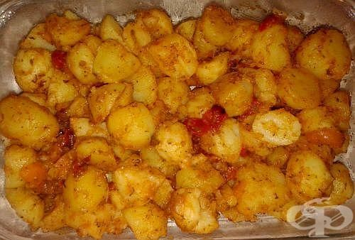 Варени картофи с масло, печени чушки и чубрица - изображение