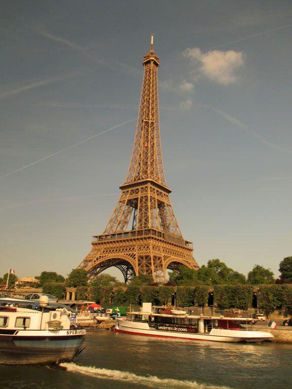 La torre Eiffel desde el Sena en Paris