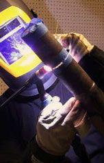 Imagem do Serviço de Registro de Qualificação de Soldagem 2 Descrição: Imagem do Serviço de Registro de Qualificação de Soldagem da Inspesolda, nesta imagem um soldador realiza um teste de qualificação em um tubo de aço carbono, com purga de gás na raiz, o processo de soldagem utilizado é o TIG e a posição de soldagem 6G.