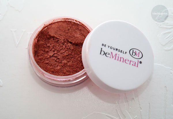 Deze minerale blush is zeeeeer goed gepigmenteerd. Het is een mooie kleur die goed bij mijn huid past. En met zo'n verpakking doe je eeuwen! Zie mijn review en foto's:
