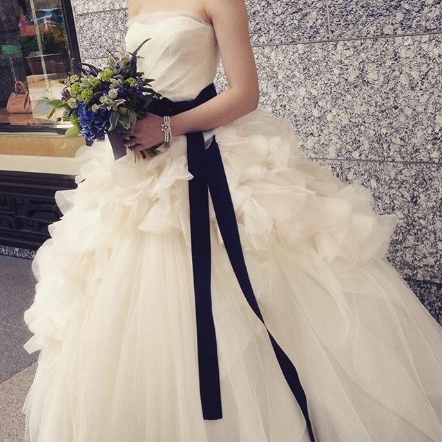 前撮りシックバージョン♡ ヘイリーをカッコ良く着たいと考えていたので 前撮りはブーケもサッシュベルトに合わせて ダーク系でまとめて頂きました(*^^*) ブレスレットは同じラヴィマーナ仲間の @myr_wedding にオーダーし作って頂いたものを♡  #前撮り #verawang #ヘイリー #hayley #オーダー #ブレスレット #サッシュベルト #ブーケ ウェルカムスペースで使った小物類 サッシュベルト、ティアラなど希望の方がいたら そろそろお譲りしていこうかと考えています