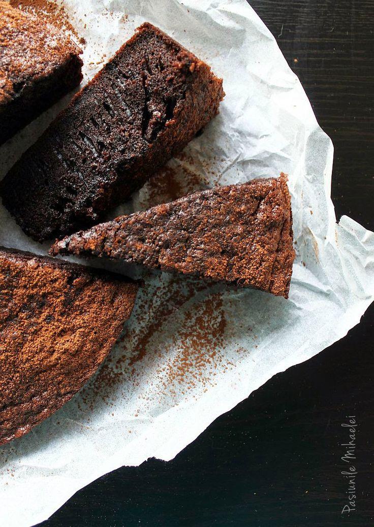 Prăjitura rapidă cu ciocolată, fără lactate |  - 4 oua - 125 ml ulei (cu gust neutru) - 200 g zahar  - 150 ml apa fierbinte  - 50 g cacao  - 150 g faina  - 1 lingurita praf de copt  - 1 lingurita esenta de rom (optional)