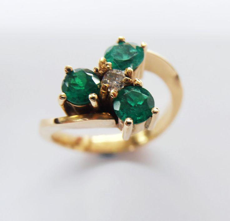 Este  hermoso  anillo fabricado en Duran Joyeros, Bogotá. es una linda opción para regalar en esta navidad
