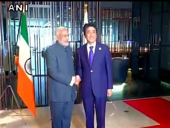 Indian flag upside down at Modi-Abe meet. PM Narendra Modi vowed to turnaround India.  Here is his 1st step National #tricolour upside down. #ModiinMalaysia http://www.thehindu.com/news/national/article7903454.ece
